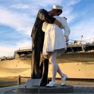 Kissing Sailor Statue